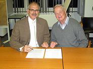 Die Vorsitzenden des KulturKreis Walddörfer e.V. , Propst em. Helmer-Chr. Lehmann (re) und Dr. Karl-Heinz Belser, bei der Unterzeichnung der Stiftungsurkunde